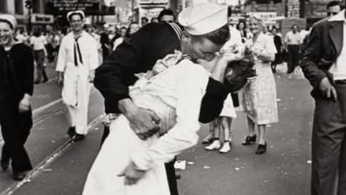 hith-vj-day-kiss-getty-images-1218020-e